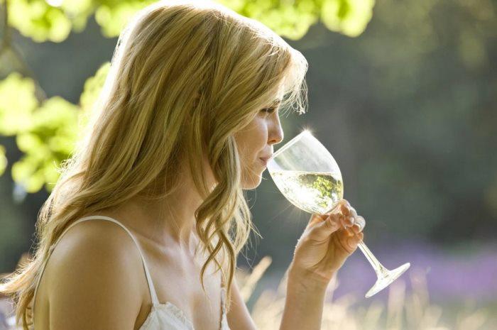 пьет белое вино
